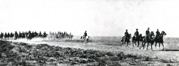 Allied advance of Indian cavalry and British officers through the desert to Kut Al Amara, during the Mesopotamian Campaign, First World War. Date: circa 1915