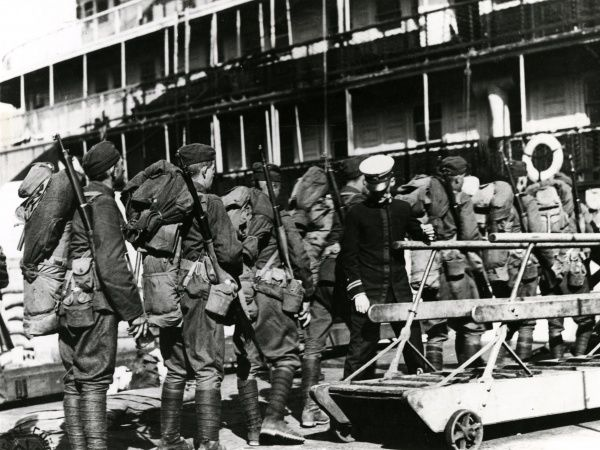 American troops of the 342nd Infantry Regiment boarding the USS Charles (formerly the USS Harvard) at Dock 20, Southampton, towards the end of the First World War. Date: 27 September 1918