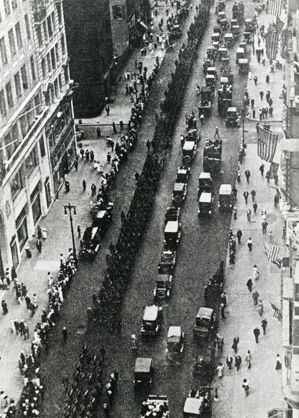 American troops marching through New York before departing for France during the First World War. Date: 1917-1918