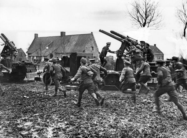 Artillery and gunners in action on the Western Front during the First World War. Date: 1914-1918
