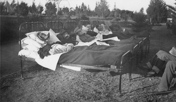 Australian patients in bed in the open air at 22 General Hospital, Dannes-Camiers, near Boulogne, north west France, during the First World War. Date: 1914-1918
