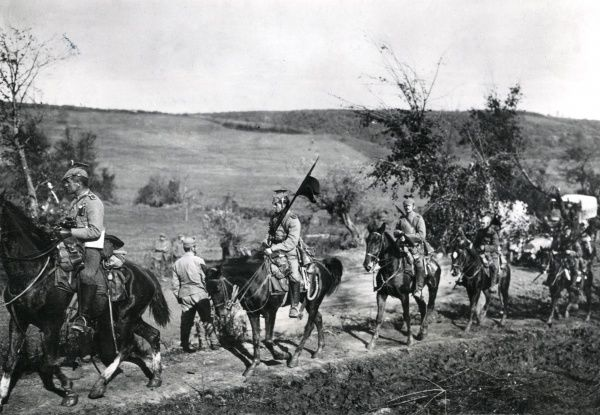 Austro-Hungarian troops advancing through Moravan territory, near Kraljevo, Serbia, on the eastern front during the First World War. Date: 1915