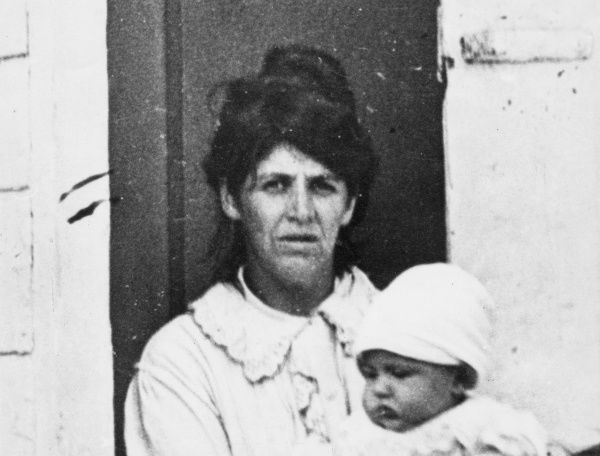 A Belgian mother and her baby during the First World War. Date: 1914-1918