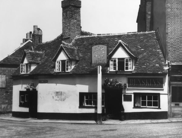 The 'Eight Bells' inn at Hatfield, Hertfordshire, England, referred to in 'Oliver Twist' by Charles Dickens. Bill Sykes met the pedlar here. Date: 1950s