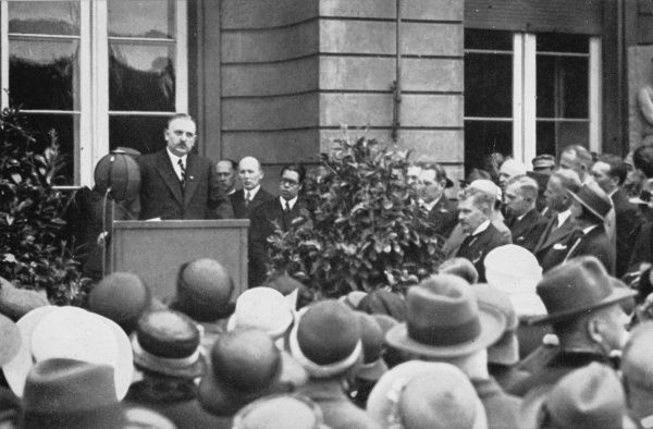 Prussian culture minister, Bernhard Rust, opens the Berlin art exhibition in 1933
