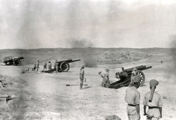 British 60-pounder guns in action at Samarra, Mesopotamia (now Iraq) during the First World War. Date: 1918