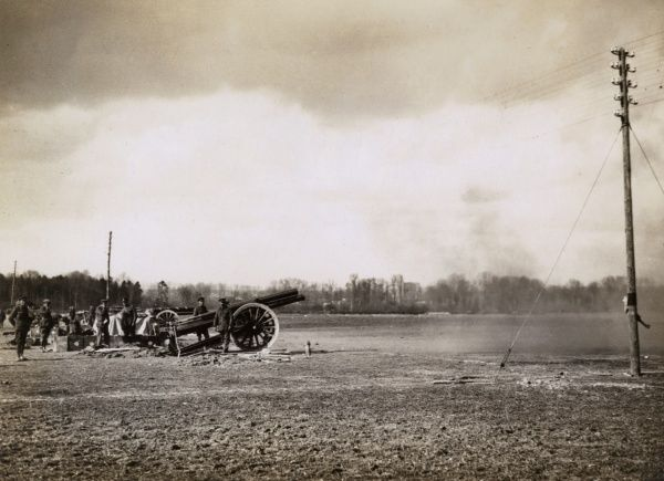 British artillery in action on the Western Front during the First World War. Date: 1914-1918