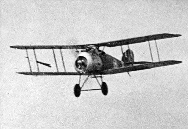 A British Sopwith Snipe Mark 1 biplane in flight during the First World War. It had a 200 horsepower Bentley rotary engine. Date: 1917-1918