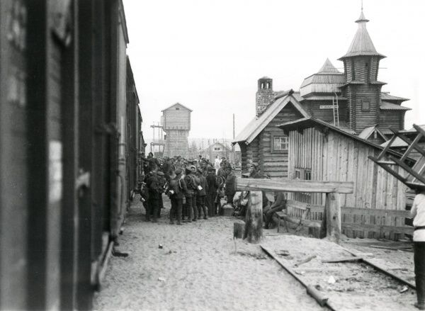 British troops boarding a train at Medevja-Gora (Medvedja-gora, Medvezhya Gora, now known as Medvezhyegorsk, Republic of Karelia, north western Russia), during the British intervention in the Russian Civil War. Date: 1919