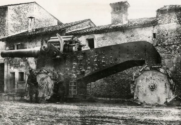 A captured Italian gun in the village of Zompicchia, Udine, north east Italy, during the First World War. Date: 17 November 1917