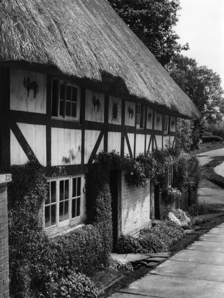 'The Cat House' a curious thatched cottage decorated with cat motifs, Henfield, Sussex, England. Date: 1950s