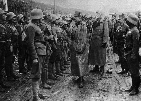 Emperor Charles I of Austria (1887-1922, reigned 1916-1918), visiting a Sturm division in the Brzezany-Tarnopol region of Galicia (Eastern Europe) during the First World War. The tall man behind him is the army commander Felix von Bothmer (1852-1937)