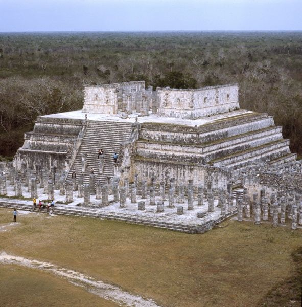 the TEMPLE OF THE WARRIORS in CHICHEN ITZA, Yucatan. This pyramid is a remain of the Maya civilization. Date: 1984