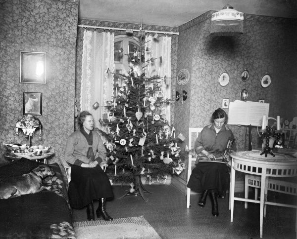 Two women on Christmas Eve with their Christmas tree, early 1900s Date: 1900s