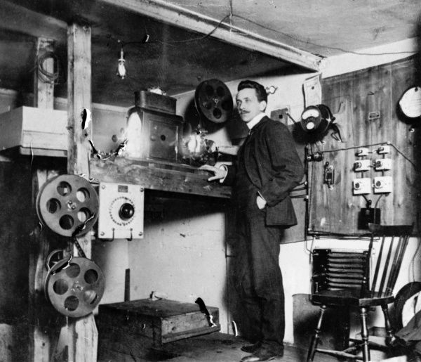 The projection room of the City Movie theatre, Landskrona 1910 Date: 1910