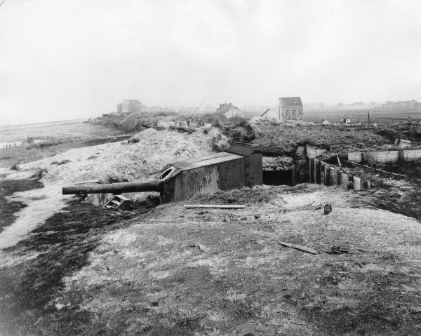 A gun of the Cecilie coastal defence battery near Middelkerke in West Flanders, Belgium, during the First World War. Date: 1914-1918