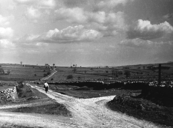 Crossroads at Winster, Derbyshire, England, showing the typical dry stone walls which surround the fields in Northern Britain. Date: 1950s