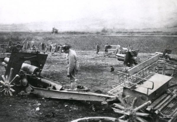 Destroyed Serbian guns near Prizren, Serbia, on the eastern front during the First World War. The Serbians have destroyed the guns themselves, to prevent the enemy using them. Date: 1915-1917