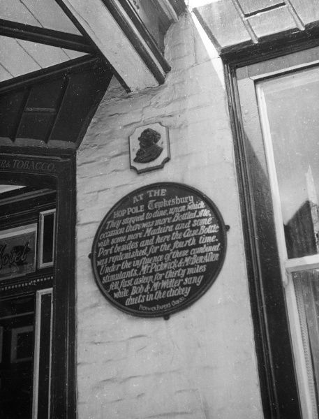 The Dickens plaque on the Royal Hop Pole Hotel, Tewkesbury, Gloucestershire, England. It was immortalised in 'Pickwick Papers' (1836-7) Date: 19th century