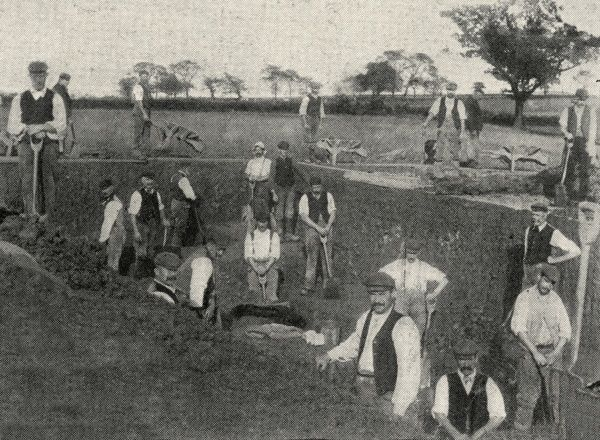 Men at work with spades and wheelbarrows digging a reservoir at Laindon Labour Colony, near Dunton, Essex. The colony was established in 1904 by the Poplar Poor Law Union as an alternative to the workhouse for able-bodied men. Date: 1904