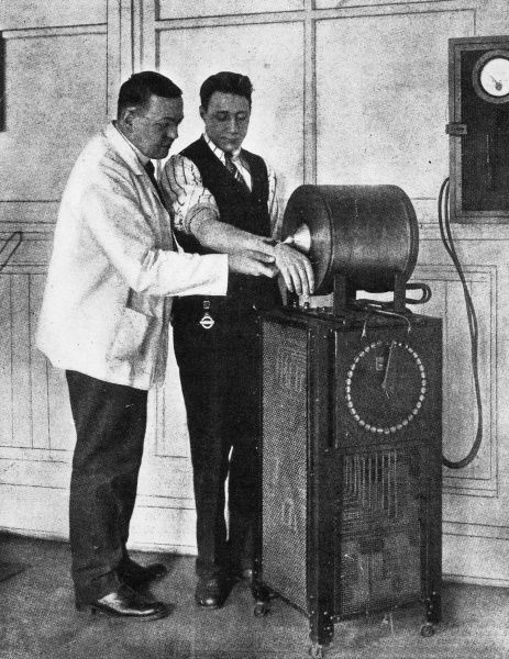 A tool to aid surgeons in the operating theatre. A electro-magnetic machine to detect and remove metal particles from wounds. Many magnets were sent to military hospitals in France, Belgium and Austria to help treat World War One casualties
