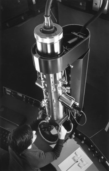 The EM 300 transmission electron microscope, which is used to study tiny voids or dislocations in materials or very small crystallites, A.E.R.E. Harwell. Date: October 1971