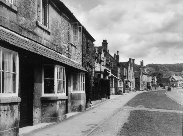 yThe village of Broadway, Worcestershire, often referred to as the 'Jewel in the Cotswolds', the main street being lined with 16th century limestone buildings. Date: 1950s