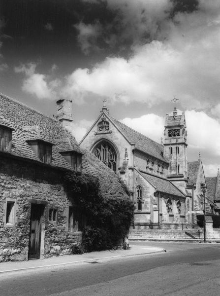 A Cotswold cottage and a corner of the church at Chipping Campden, Gloucestershire, England. Date: early 1960s