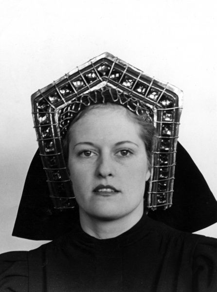 A model wearing a 'Gable Hood' or an 'English Hood', a popular Tudor head-dress, made famous by the wives of King Henry VIII of England. Date: 16th century (re-enactment)