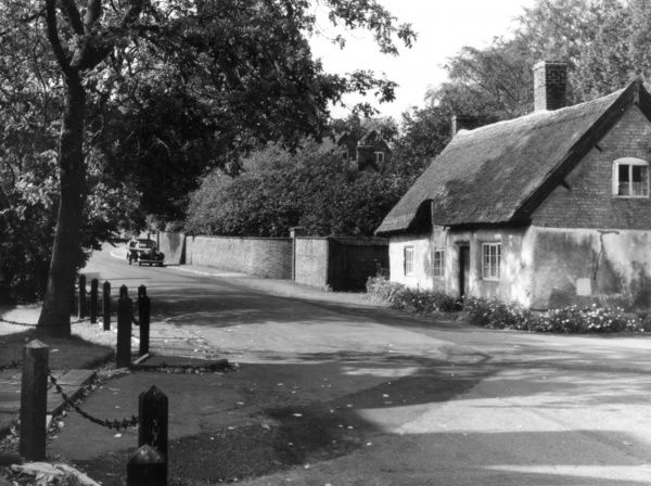 A lovely thatched cottage in the pretty village of Clifton- on-Dunsmore, Warwickshire, England. Date: 1950s