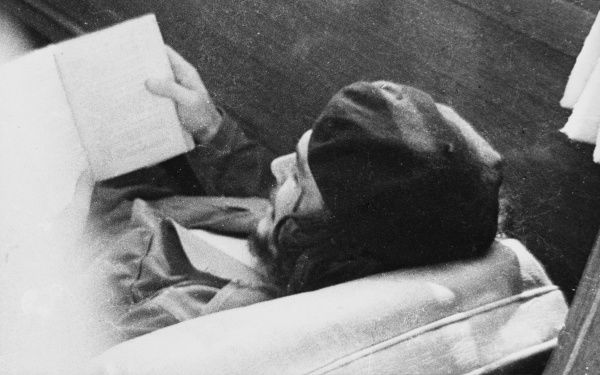 ERNESTO GUEVARA - Che Guevara reading a book in Havana in 1960. *UNAVAILABLE FOR USE IN ASIA AT PRESENT*