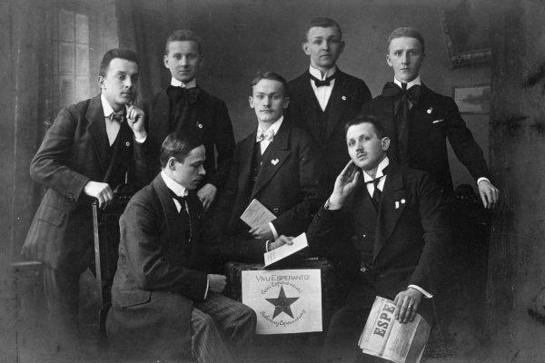 ESPERANTO : members of the Hamburg Esperanto Club pose for their group portrait, holding an Esperanto newspaper and other documents Date: circa 1900