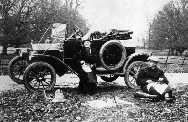 A model 'T' Ford stopped by the roadside Date: 1913