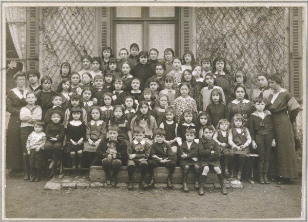 A French school photograph from Vincennes: mostly girls, with a few boys, and teachers