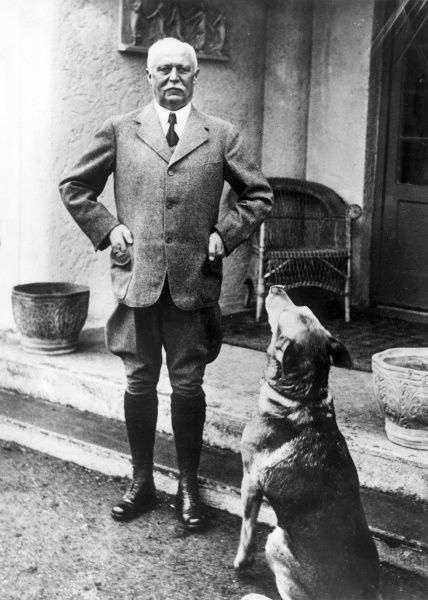 General Erich Friedrich Wilhelm Ludendorff (1865-1937), German army officer during the First World War. Seen here at home, with his dog. Date: circa 1930s