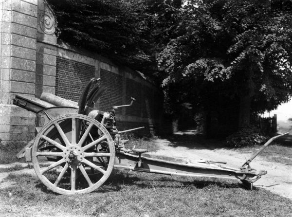 A captured German 105mm 98/09 light field howitzer gun during the First World War. It was designed and manufactured by Krupp. Date: 1914-1918