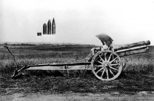 A German 15cm Model 13 heavy field howitzer gun, designed and manufactured by Krupp, in service during the First World War. Seen here with shells superimposed on the photograph. Date: 1914-1918