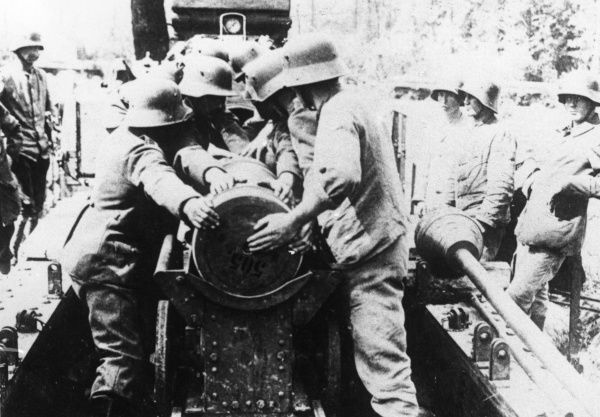 German gunners in action with a 38cm long-range gun on the Western Front during the First World War. Date: 1914-1918