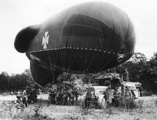 A German observation balloon about to ascend, near Soissons, northern France, during the First World War. Date: 1914-1918