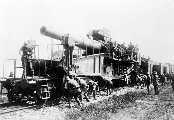 German soldiers with rail-mounted heavy artillery during the First World War. Date: 1914-1918