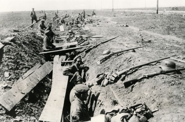 German troops manning a trench near the Sereth (Siret) River on the Romanian Front during the First World War. Date: July 1917