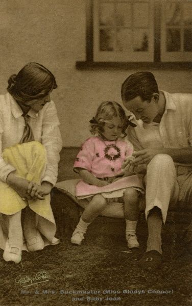The English actress of stage and screen, Gladys Cooper (1888-1971), with her first husband Captain Herbert Buckmaster (they married in 1908) and their daughter Joan (1910-2005). Date: circa 1915