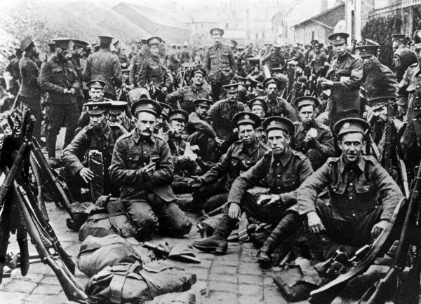 A group photo of British soldiers who fought the Germans during the First World War.  1914-1918