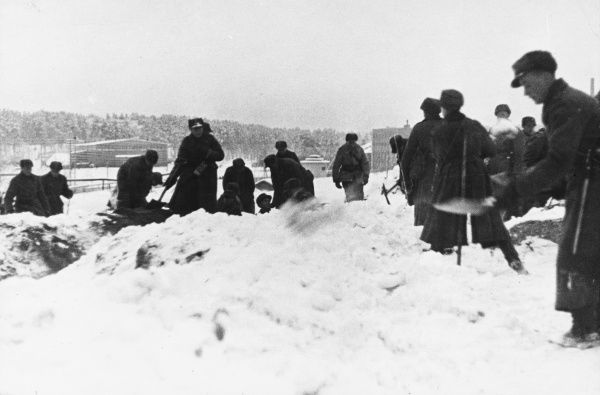 Soldiers constructing fortifications in Helsinki during World War II
