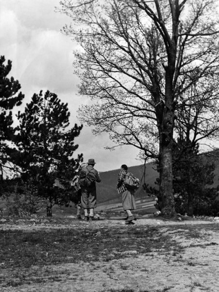 Hikers setting off on a walk in the British countryside. Date: 1930s