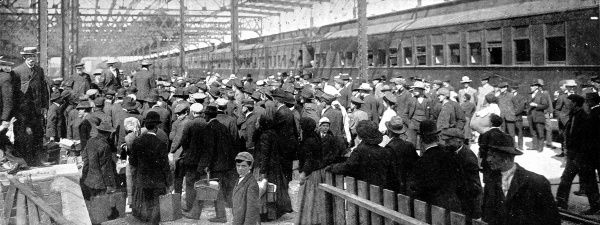 Photograph of crowds of immigrants arriving at the train station in Winnipeg, Canada, 1909