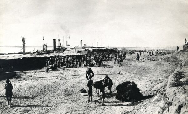Troops of the 6th Indian Division disembarking at Lejj, Mesopotamia, a few days before the Battle of Ctesiphon during the First World War. Date: November 1915