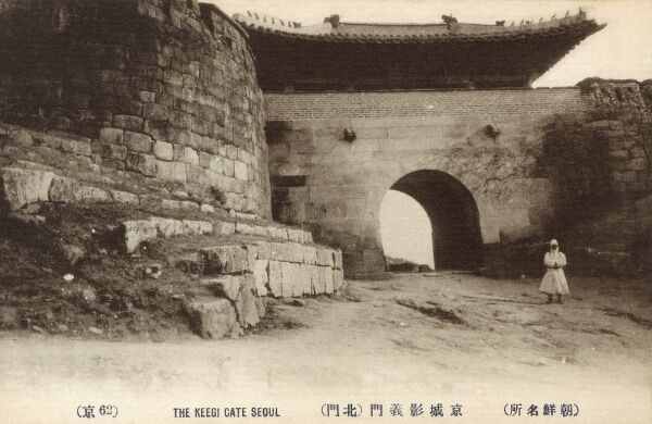 Changuimun Gate (Jahamun Gate) Seoul - South Korea. One of four mini gates in the north surrounding the castle town of Seoul during the Joseon Dynasty. Decorated with wooden chickens in its rafters. Date: circa 1910s