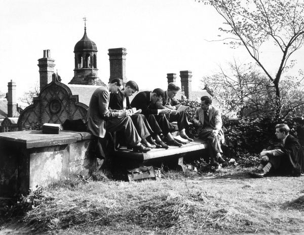 Students engaged in an outdoor History tutorial at Keele University. Date: circa 1950s