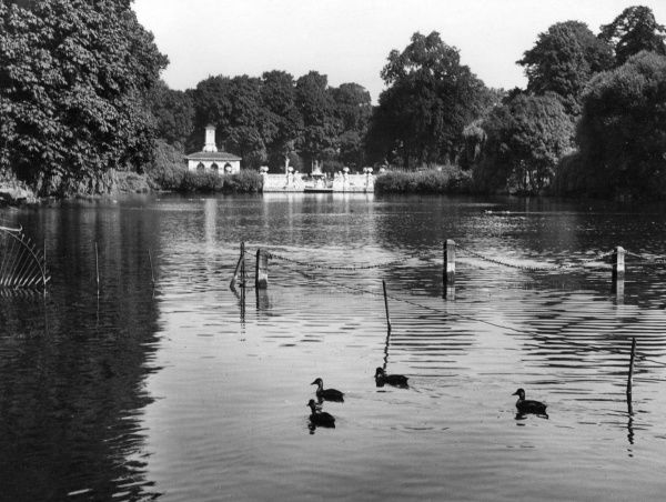 A charming glimpse of The Long Water, Kensington Gardens, Hyde Park, London. Date: 1940s